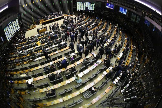 Propostas legislativas terão impacto decisivo na recuperação do COVID-19 nos EUA e no Brasil